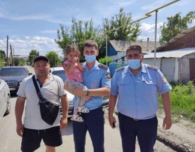 Сотрудники полиции нашли пропавшую 3-летнюю девочку в Алматинской области